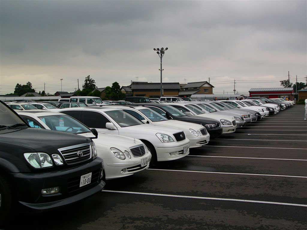 Стоянка автомобилей разных марок