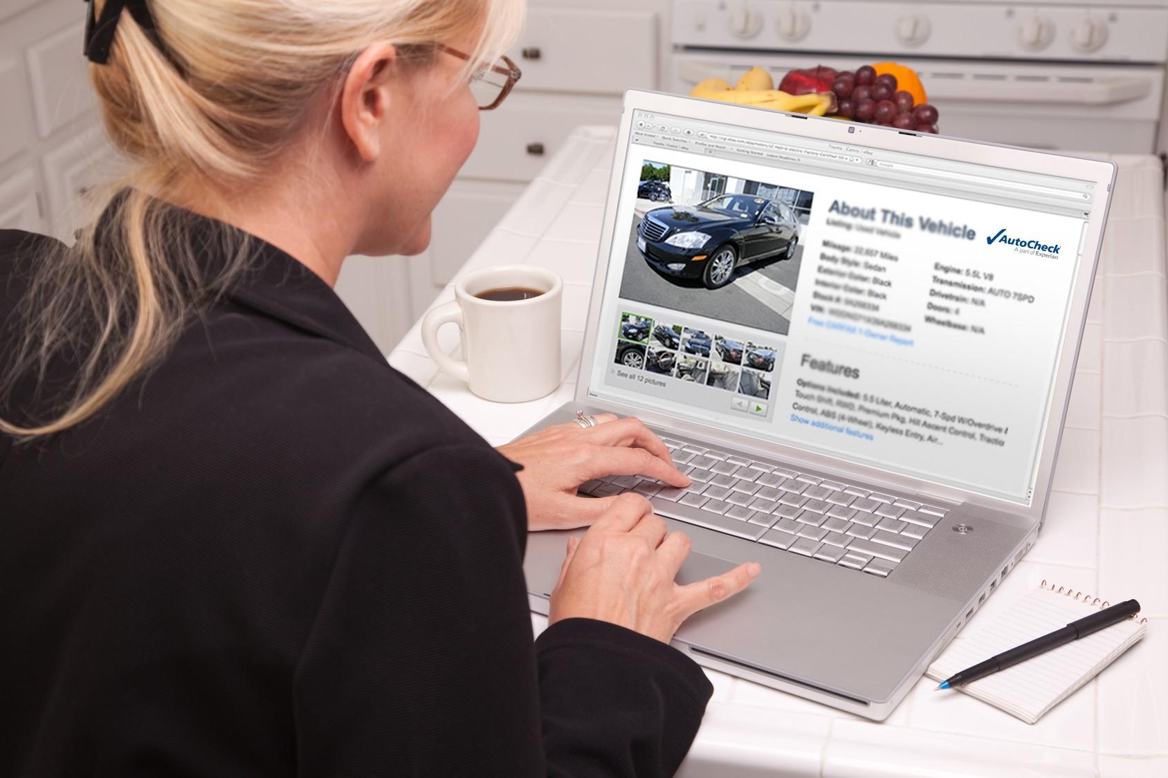 Женщина выбирает авто в интернете