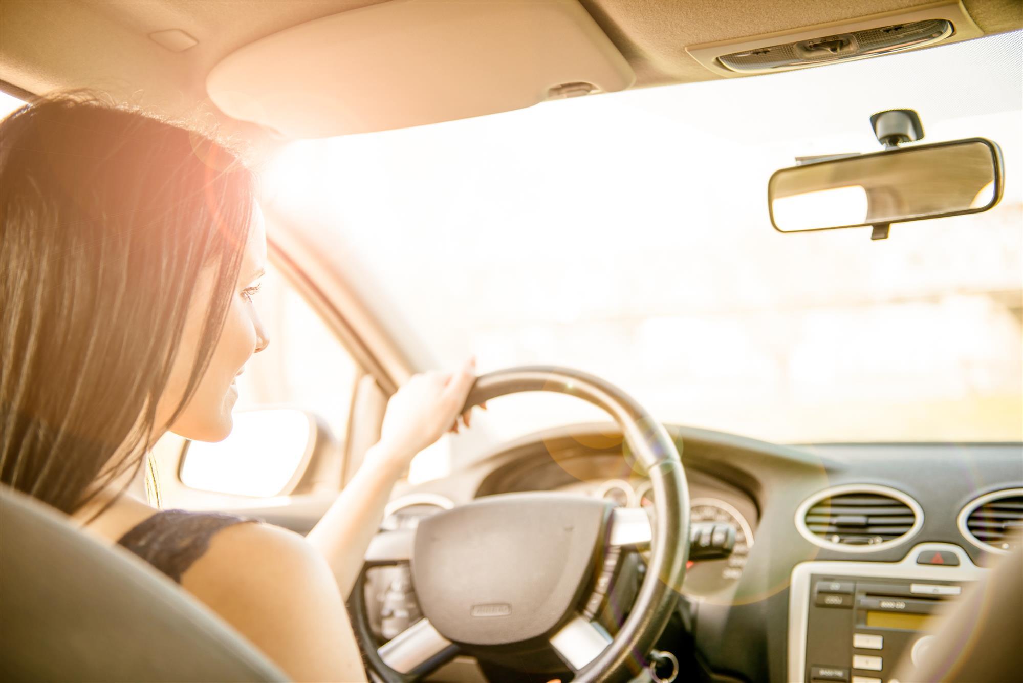 Солнце девушка за рулем авто
